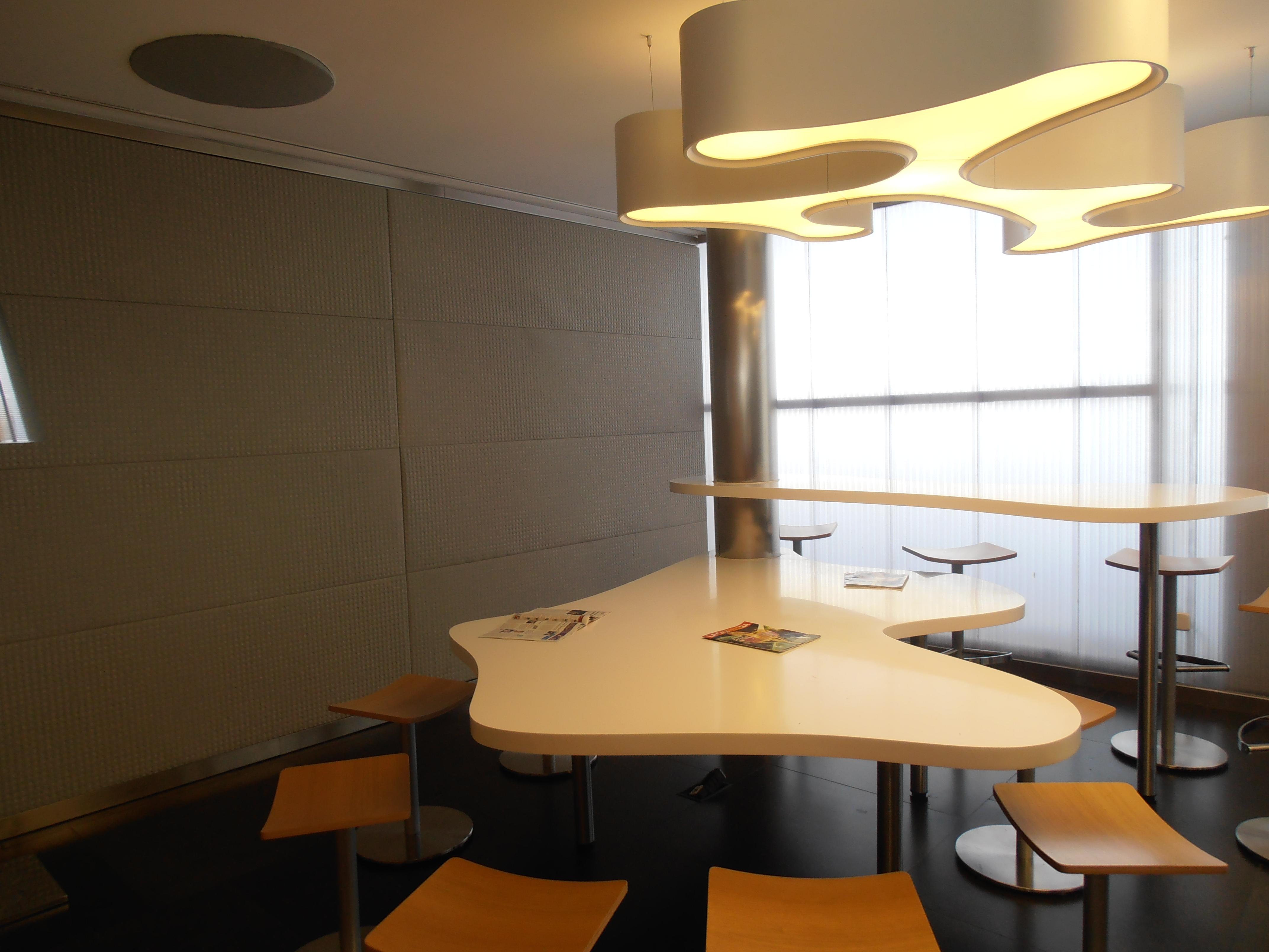 Mesas de diseño en la parte alta de la Sala Club