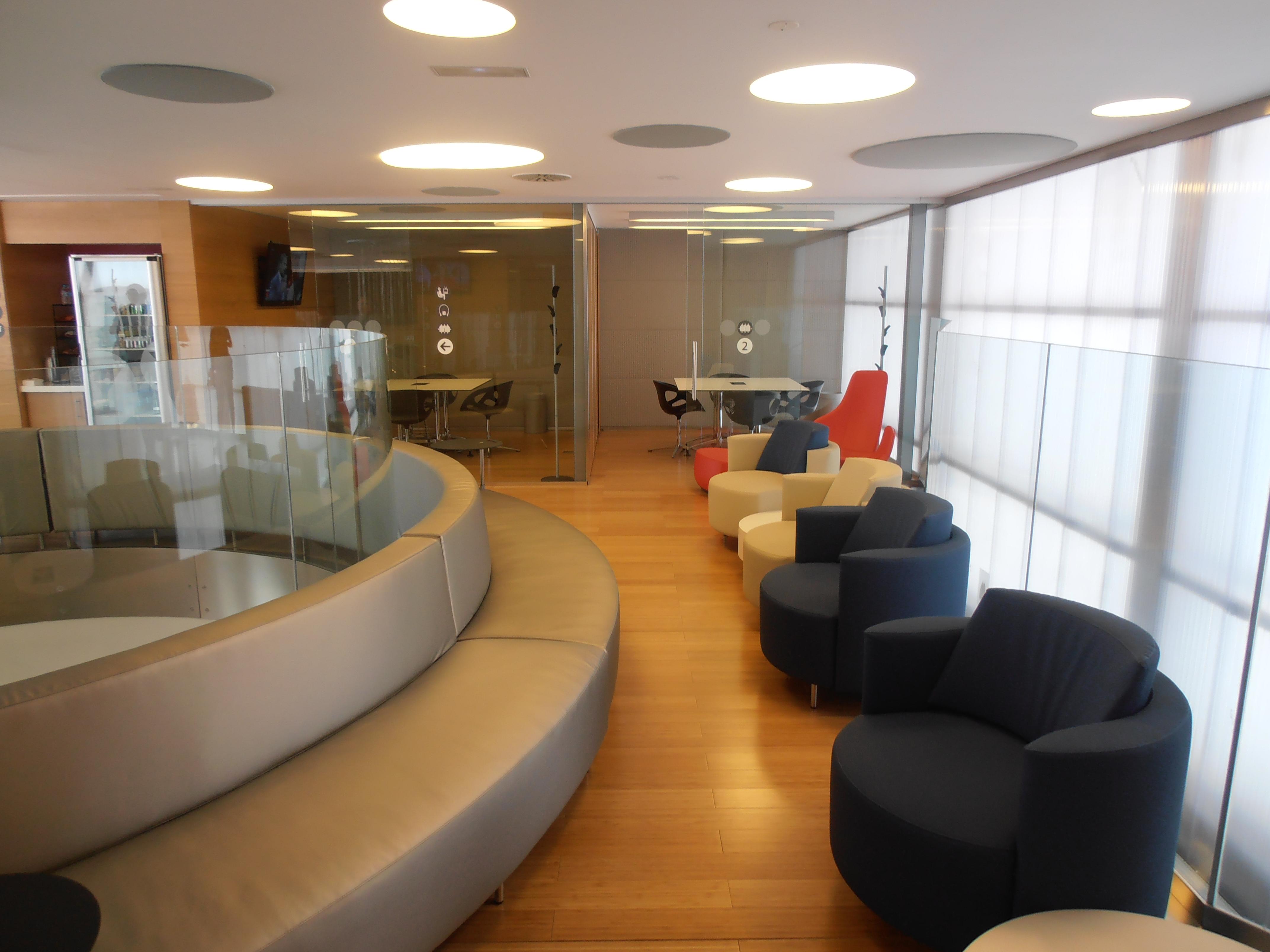Vista de la parte superior de la Sala Club, donde se aprecian los cómodos sofás y sillones, así como las dos salas de reuniones privadas que pueden utilizarse para trabajo.