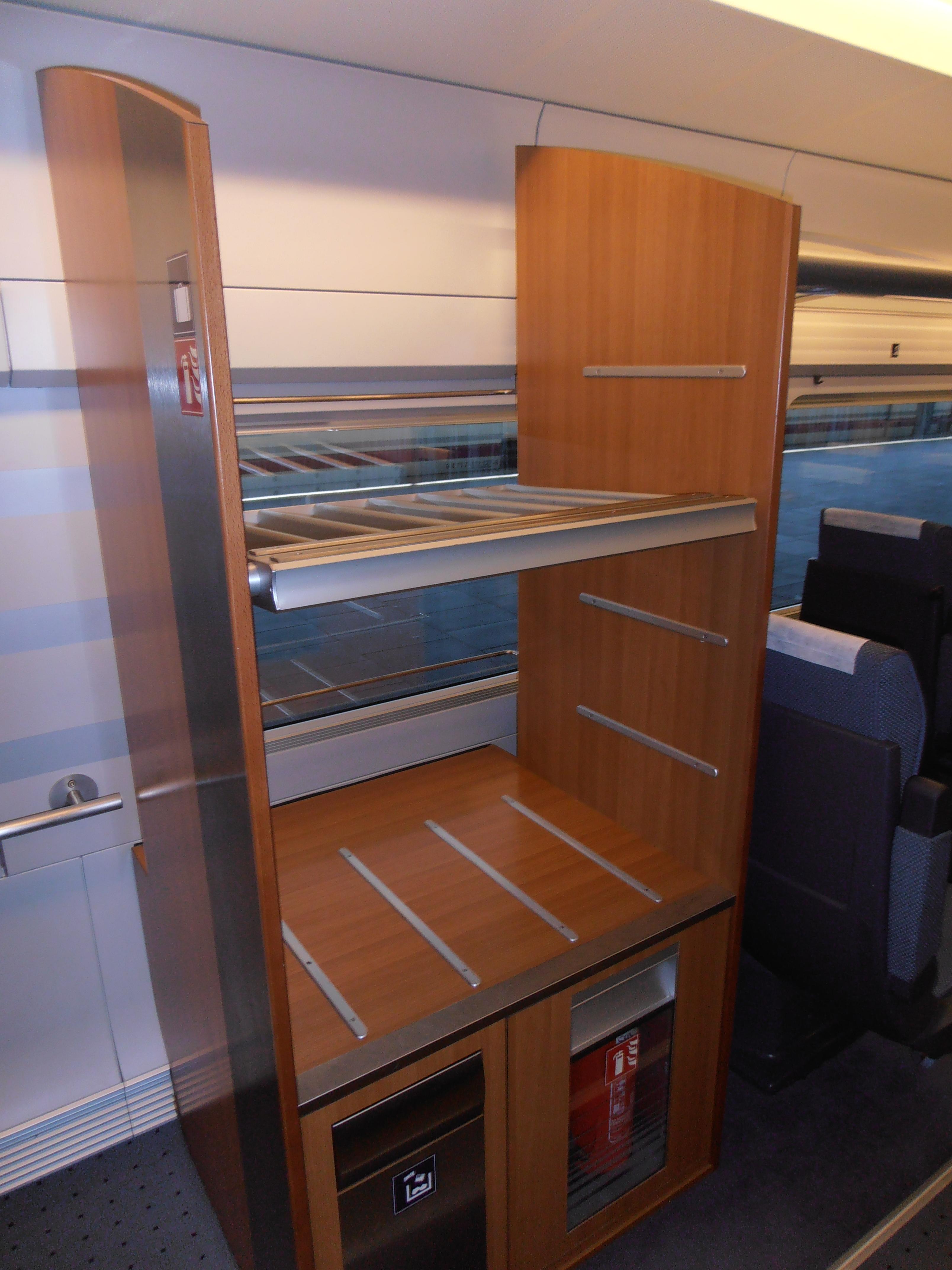 Portaequipajes para maletas distribuidos a lo largo de todo el tren