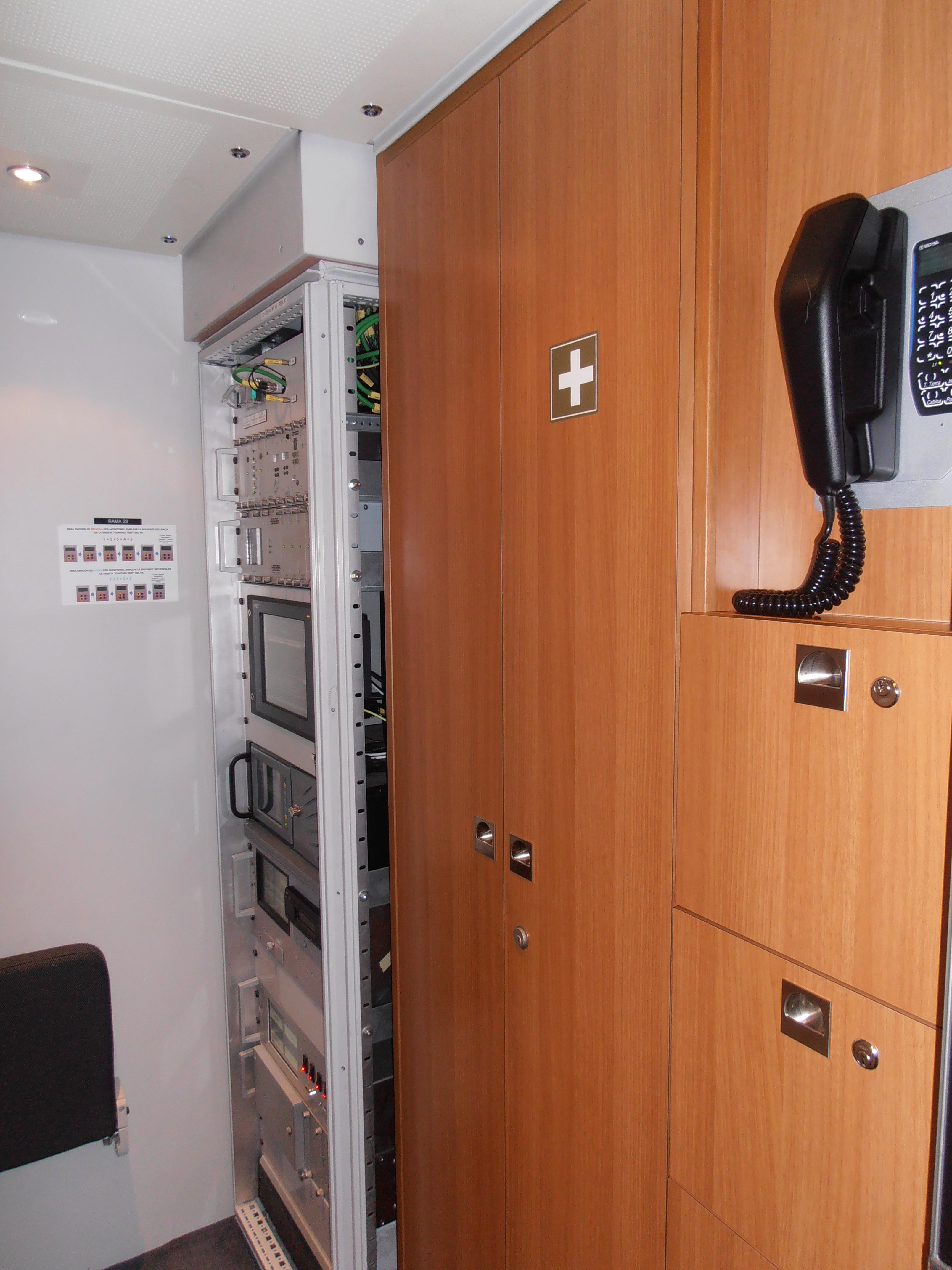 'Cuarto' multimedia del tren S.112, donde se aprecia un rack con los equipos informáticos y multimedia que proveen de servicio de megafonía, audio y vídeo a todo el tren.