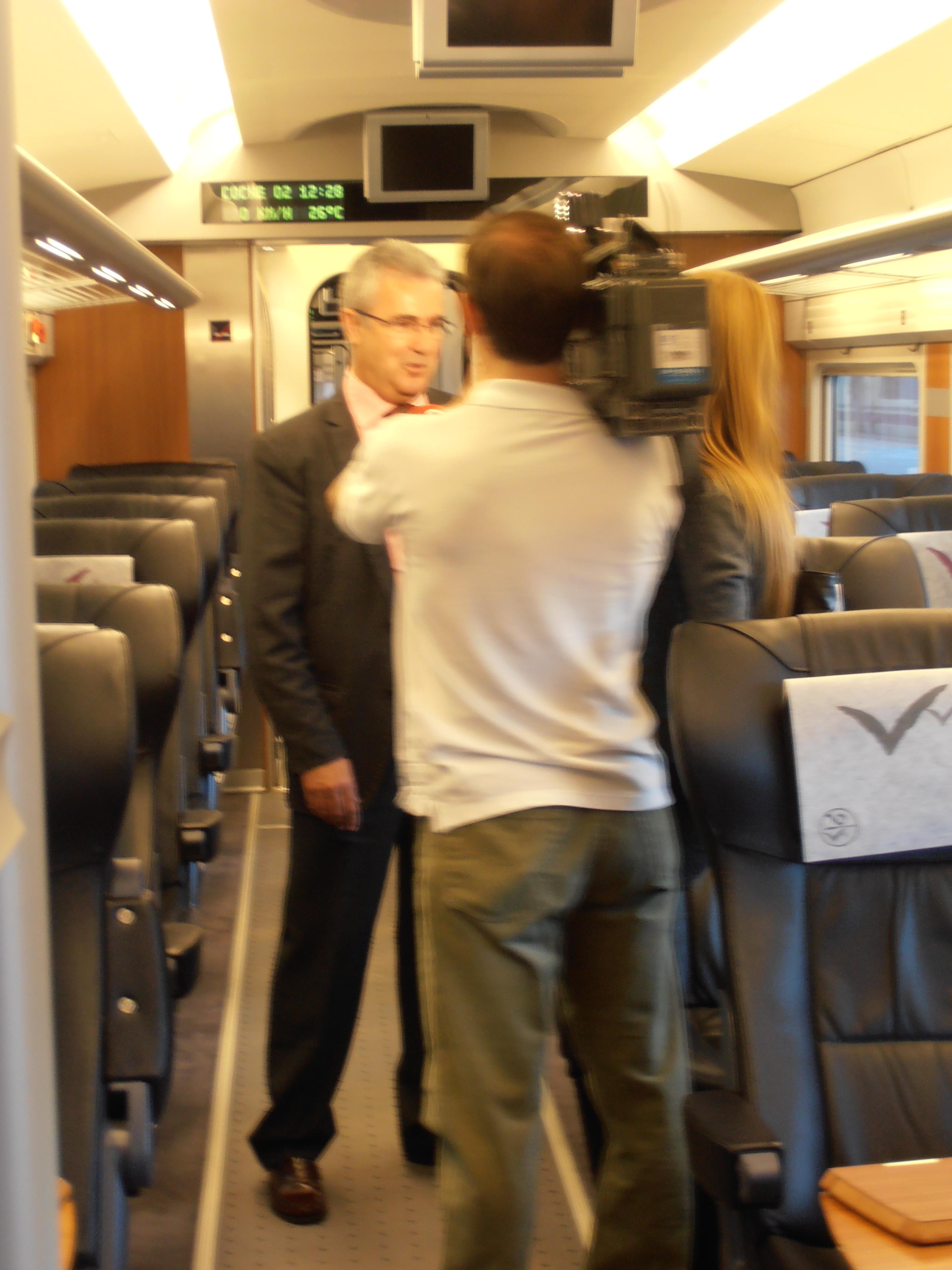 Cámara y presentadora de RTVV entrevistando al Supervisor Comercial del AVE Madrid-Valencia