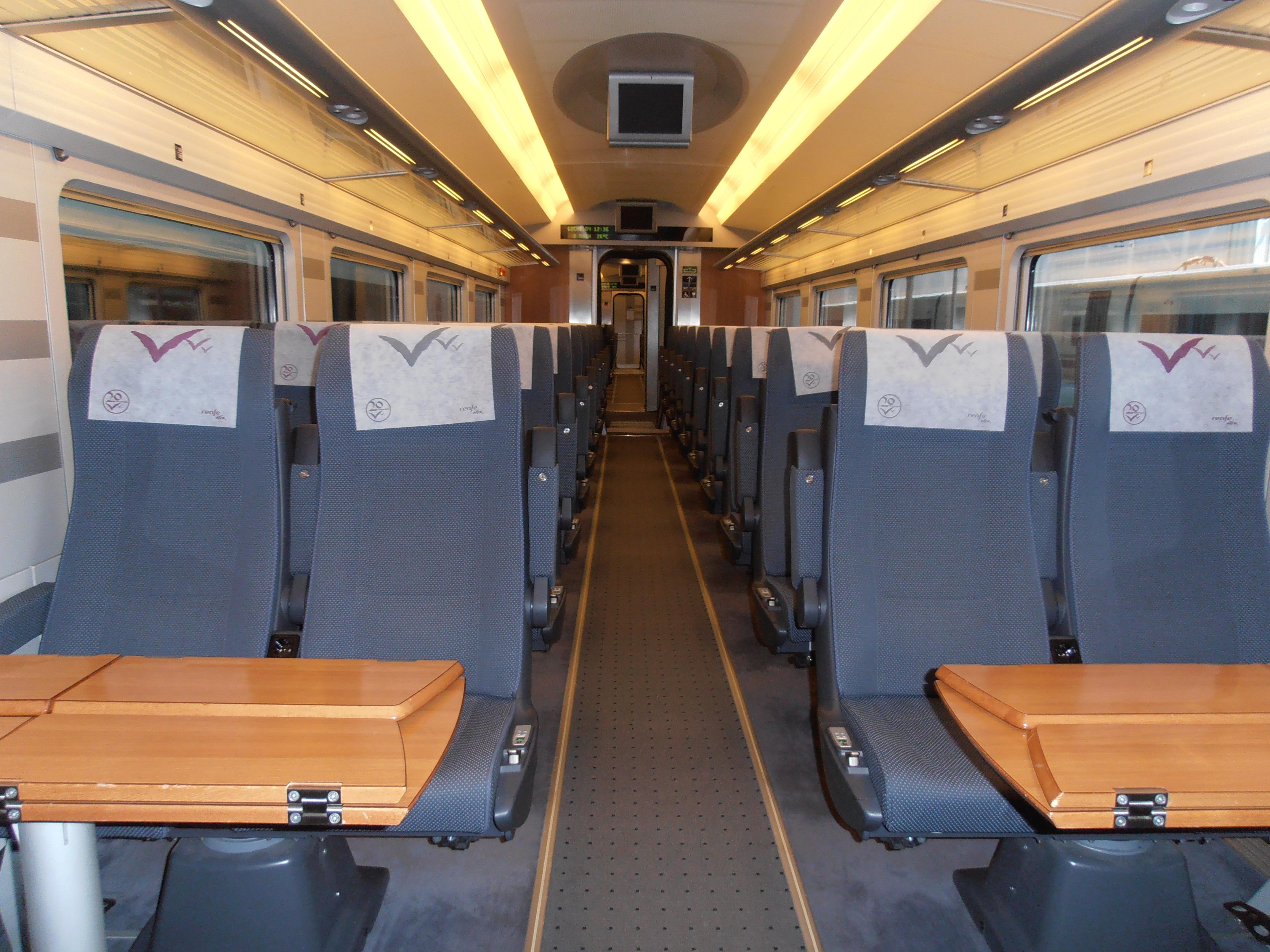 Interior de un coche de clase Turista, donde se aprecia la distribución de asientos 2+2