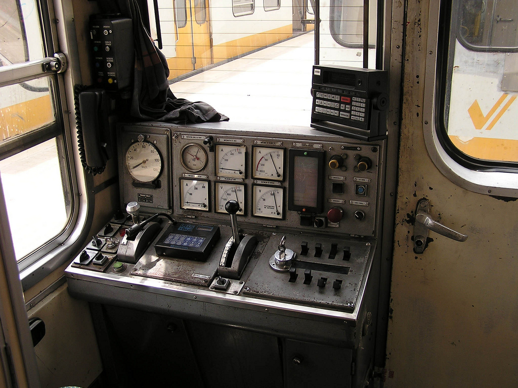 Cabina de una UT serie 3600 de Ferrocarrils de la Generalitat Valenciana