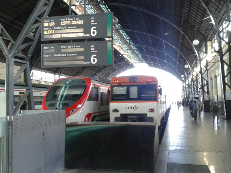 El tren especial estacionado en la vía 6 de València Estació del Nord