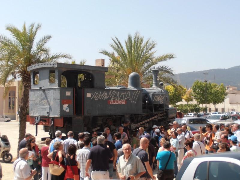 Exposición frente a la locomotora Villalonga de Roc Mompó