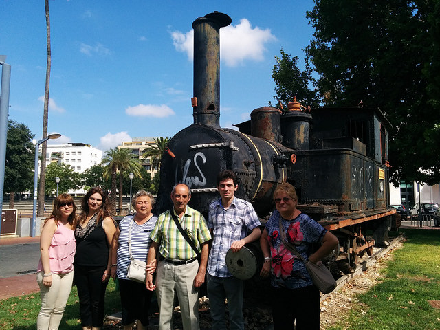 Parte de los asistentes posando sobre la locomotora de vapor 020-0212