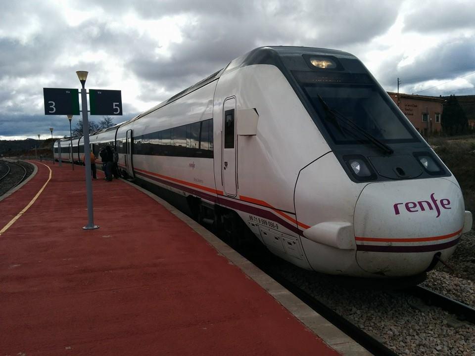 Esperando cruce del tren descendente en Mora de Rubielos-Albentosa