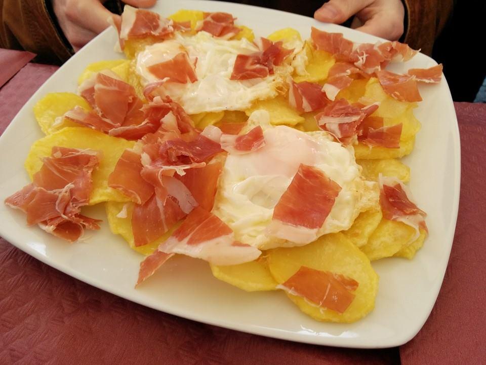 Los huevos rotos con patatas y jamón, plato estrella de la gastronomía local