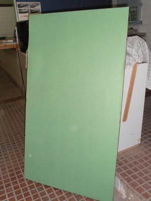 Tablero de madera de 160x90cm forrado de verde